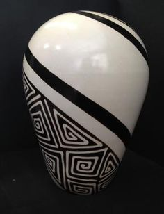 Pottery Painting Designs, Pottery Designs, Ceramic Pottery, Pottery Art, Black And White Vase, African Pottery, Vase Crafts, Wine Bottle Art, Clay Vase