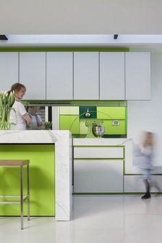 hellgraue wandfarbe, hochglanz fronten und holzdekor | innendesign ... - Weise Wandfarbe Moderne Architektur