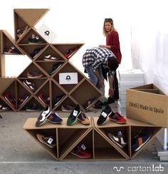 Expositor de zapatos especiales con forma triangular, diseñados en cartón para la firma LOFS: práctico, personalizado, atractivo, fácil montaje y ecológico.