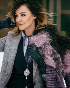 Sophie's Avenue: Begoody. Elegant Gloves, Gloves Fashion, Black Leather Gloves, Long Gloves, Fashion Beauty, Womens Fashion, Knitted Gloves, Leather Fashion, Airsoft