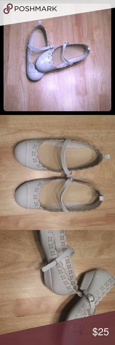 ⭐White Dress Shoes Perfect for the holidays, these never hardly worn shoes feature an eyelet pattern and slight heel to make any girl feel like a princess! Gymboree Shoes Dress Shoes