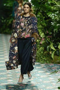JORGE+VÁZQUEZ-091 Fur Fashion, Flower Fashion, Fashion Books, Look Fashion, Fashion Beauty, Womens Fashion, Street Fashion, Looks Style, Street Style Looks
