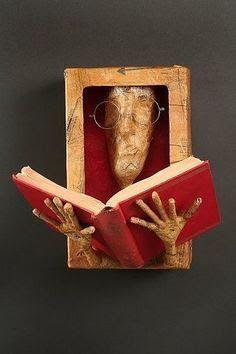 Seus livros precisam estar à vista para serem lembrados e folheados. Book Crafts, Paper Crafts, Altered Book Art, Book Folding, Assemblage Art, Old Books, Art Plastique, Sculpture Art, Sculpture Ideas
