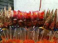 Brochetas de chamoy mmmmm riquísimas!! Mexican Candy Table, Mexican Snacks, Mexican Party, Fruit Party, Candy Party, Party Snacks, Candy Buffet Tables, Party Buffet, Dessert Table