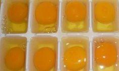 Elle verse des œufs dans un moule à glaçons et le met au congélateur pendant 2 heures. Son astuce est parfaite!