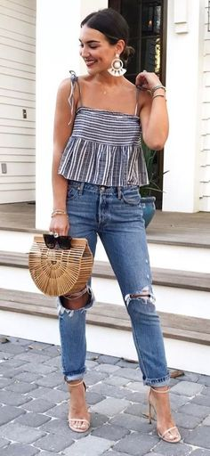 This is one of the preppy and casual family cookout outfit ideas! #summerfashion #summerparty #summeroutfit #jeans #basketbag