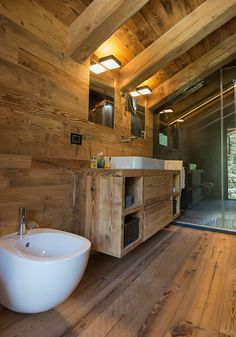 If you want to see different styles, go to the embellished and modern bathroom pages. Ideas of rustic bathrooms so as to be inspired. Chalet Design, House Design, Cabin Bathrooms, Rustic Bathrooms, Diy Bathroom, Modern Bathroom, Cabin Homes, Log Homes, Chalet Chic