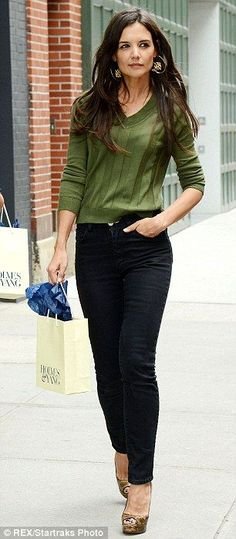katie holmes in jeans Fashion 2017, Star Fashion, Fashion Brands, Outfits Mujer, Katie Holmes, Stylish Tops, Weekend Style, Work Looks, Celebrity Outfits