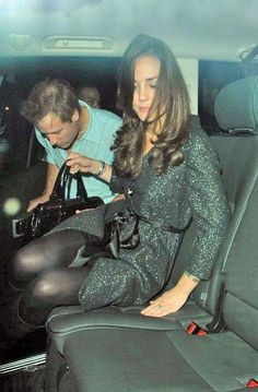 During their dating years.she looks a little lit* ♕ Her Royal Highness Kate Middleton Shoes, Kate Middleton Style, Prince William And Kate, William Kate, Princesse Kate Middleton, Summer Family Pictures, Pantyhosed Legs, Herzogin Von Cambridge, Kate And Pippa