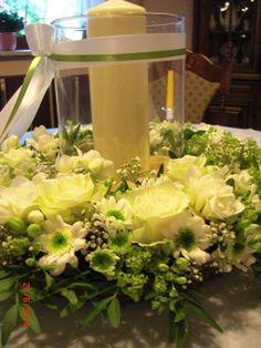 Hochzeit Blumenkranz Tischdeko weiß hellgrün mit Windlicht