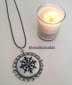 Kar tanesi kanavice kolye Brazilian Embroidery, Hand Embroidery, Diy And Crafts, Jewelery, Cross Stitch, Bling, Pendant Necklace, Sitges, Handmade