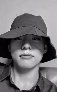 Taehyung Selca, Zodiac Capricorn, Daegu, Foto Bts, K Pop, Bts Bon Voyage, Iconic Photos, Gucci, Bulletproof Boy Scouts