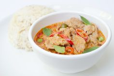 Lav thai mad - nemme thai opskrifter Wok, Thai Red Curry, Healthy Recipes, Healthy Food, Chili, Ethnic Recipes, Yum Yum, Recipes, Eggplant