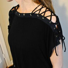 Trash To Couture: My Laced Up Collar Sleeves. DIY thirty w grommets Trash To Couture, Diy Kleidung Upcycling, Diy Vetement, Recycled T Shirts, Diy Old Tshirts, Create Shirts, T Shirt Diy, Diy Lace Up Shirt, Diy Lace Sleeves