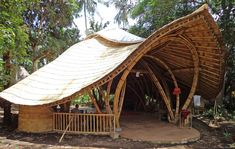 Woodworking School Turtle Classroom at Green School – IBUKU Timber Architecture, Architecture Life, Tropical Architecture, Bamboo Roof, Bamboo Art, Bamboo Structure, Timber Structure, Bamboo Building, Natural Building