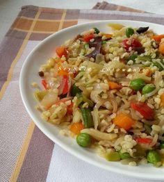 Kasza bulgur z warzywami. Właściwości kaszy bulgur oraz jak ją gotować. Fried Rice, Pasta Salad, Lose Weight, Vegetarian, Tasty, Vegetables, Cooking, Ethnic Recipes, Food