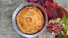 Chicken pie | Qui da Noi Blog La mia ricetta di un classico piatto anglosassone, ideale con il clima freddo: la #chickenpie. Un guscio di #brisè ripiena di #pollo e #funghi, da preparare anche in anticipo, per un #pranzo in famiglia o con ospiti. Un vero #comfortfood!  #lamaggioranapersa #quidanoi #cucinainglese #pie #tortasalata #pollo #pettodipollo Carne, Camembert Cheese, Pie, Chicken, Desserts, Blog, Persian, Torte, Tailgate Desserts