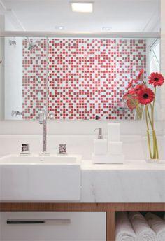 O boxe é salpicado de pastilhas (Recesa), adicionando cor e vida ao banheiro branco. O espaço também é repleto de soluções de marcenaria.Projeto dos arquitetos Erika Linardi e Luiz Marcon.