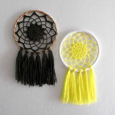 a knit and crochet community Dream Catcher Patterns, Dream Catcher Decor, Small Dream Catcher, Easy Diy Crafts, Yarn Crafts, Dreamcatcher Crochet, Dreams Catcher, Dream Catcher Tutorial, Diy Keychain