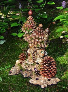 松ぼっくりやドングリで作られたフェアリーハウス。 A pine cone fairy house from Greenspirit Arts craftswoman Sally J. Smith.