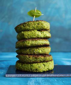 Vihreät kasvispihvit tehdään helposti monitoimikoneella. Pihvit ovat vegaanisia.