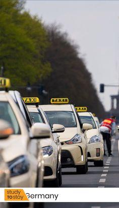 """Для приезжего из России не кажется привычным разъезжать в такси-""""мерседесе"""". Но тем не менее в Германии это обычная практика.  В качестве основного автомобиля таксопарка Германии является спец. модель Mercedes-Benz E-класса, окрашенная в бежевый цвет (еще на заводе).  Такси оснащены турбодизельными моторами. Эти модели автомобилей Mercedes уже на заводе комплектуются специальным оборудованием для таксистов. #германия #факты #интересныефакты #немецкий #автомобиль #mercedes #такси… Taxi, Germany, Study, Studio, Deutsch, Studying, Research"""