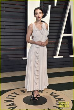 Rooney Mara, Sarah Paulson, & Allison Williams Glam Up for Oscars Party Photo Rooney Mara, Sarah Paulson, and Allison Williams hit the carpet at the 2017 Vanity Fair Oscar Party at the Wallis Annenberg Center for the Performing Arts on Sunday… Rooney Mara, Isabelle Huppert, Fabulous Dresses, Nice Dresses, Best Dressed 2017, Oscar 2017, Allison Williams, Elie Saab Couture, Vanity Fair Oscar Party
