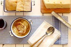 La célebre receta de sopa de cebolla francesa adaptada a la cocina con olla de cocción lenta. ¡Pon a pochar cebolla y prepárate a disfrutar!