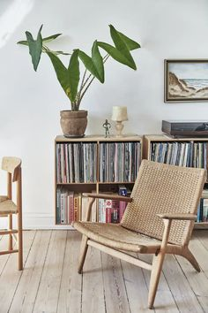Bookshelves and plants create a cozy reading space Shelving Design, Cozy Corner, Scandinavian Home, Stone Flooring, Small Apartments, Interior Design Inspiration, Home Look, Interior And Exterior, Living Spaces