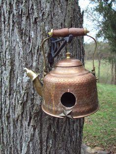 I've a dismantled blue enameled tea pot. On its side, it would do quite nicely. Bird House Plans, Bird House Kits, Bird Houses Diy, Fairy Houses, Diy Bath Mats, Teapot Birdhouse, Old Tea Pots, Cactus E Suculentas, Birdhouse Designs