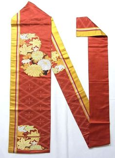 This is a vintage Nagoya obi with flower circle of 'kiku'(chrysanthemum) and 'kaede'(maple leaf) design, which is woven.  Gold and silver foil threads are woven in the design, and 'narihira-bishi'(diamond with droplet) pattern is woven on the base