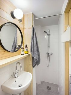 A small house with a wooden design of to spend your weekends (and you can rent it!) - PLANETE DECO a homes world Glass Cabin, Casa Loft, Open Showers, Light Hardwood Floors, Wall Mounted Sink, Shelving Design, Sleeping Loft, Glass Facades, Ceramic Floor Tiles