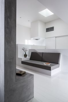 cozy house by FORM / kouichi kimura architects has a protruding front Built In Furniture, Furniture Design, Interior Design Elements, Space Interiors, Japanese House, Modern Room, Cozy House, Decoration, Interior Architecture