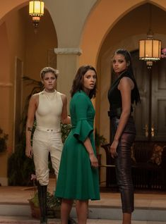 Elizabeth Banks Responds To Charlie's Angels Criticism With Well-Placed Shade Charlies Angels Movie, Angel Movie, Elizabeth Banks, Film Elizabeth, Angel Outfit, Def Not, Naomi Scott, Hollywood Celebrities, Hollywood Actresses
