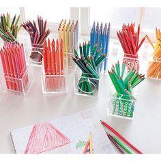テーブルを飾る500色のフラワーベースの会