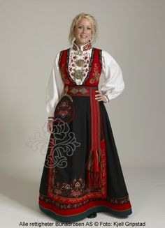 Øst - Telemarksbunad med skuldersjal East-Telemark bunad with shoulder shawl Folk Fashion, Ethnic Fashion, Couture, Norwegian Clothing, Scandinavian Fashion, Folk Costume, Traditional Dresses, Costume Design, Dress To Impress
