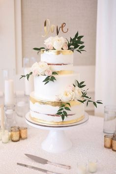wedding cakes summer Gold leafing and semi naked cake with gard. - wedding cakes summer Gold leafing and semi naked cake with garden roses - Summer Wedding Cakes, Floral Wedding Cakes, Wedding Cake Rustic, Elegant Wedding Cakes, Beautiful Wedding Cakes, Wedding Cake Designs, White And Gold Wedding Cake, Summer Cakes, Wedding Cake Flowers