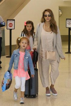 Jessica Alba wearing Away Carry-on Luggage, Vince Warren Sneakers, Cuyana Crossbody Pouch in Blush and Ray-Ban Rb3025 Aviator Sunglasses