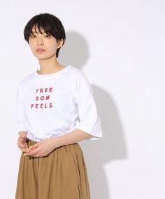 ベーシックカラー×差し色ロゴが可愛いTシャツ。 ゆったりドロップショルダーのビッグシルエットに仕上げ、 メンズアイテムを着ているようなだぼ袖が今年らしい一枚です。 一枚でさらっと着ても、キャミや羽織りのインナーにも使いやすい着回し力も◎
