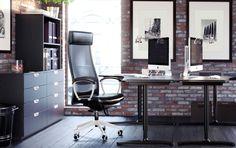 Modern iroda, két fekete-barna/fehér íróasztallal, fekete forgószékekkel