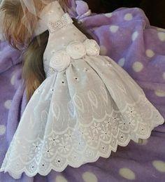 Medio vestido de perro superior. Vestido de verano bastante blanco con botones de cristal. Tiene cristales en la cinta y el cuello. De tamaño medio. Cuello es pecho 10 15 y la longitud es de 11 que se alinea en la cima y los velcros en la cintura y el cuello.
