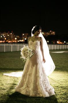 Vestido de noiva clássico de manga longa - com aplicações de flores 3D e tule point d'esprit ( Vestido: Dani Lanna | Foto: Rodrigo Sack )