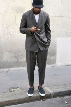 Our article looks at a style classic – the modern suit. Mens Style Guide, Men Style Tips, Style Men, Mens Fashion Blog, Suit Fashion, Work Fashion, Stil Inspiration, Modern Suits, Gentlemen Wear