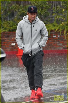 Mark Wahlberg Gets Back to Business at the Golden Globe Awards! | mark wahlberg gets ready for golden globes 05 - Photo