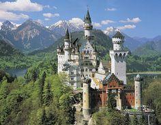 Il castello Neuschwanstein è un castello costruito alla fine del XIX secolo e situato nel Sud-ovest della Baviera nei pressi di Füssen, nella località di Schwangau, di fronte al castello di Hohenschwangau.