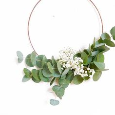 A video diy to make a very simple Christmas wreath and m … Christmas Wreaths To Make, Simple Christmas, Christmas Diy, Xmas, Diy Videos, Couronne Diy, Mid Century Living Room, Cute Dorm Rooms, Living Room Green