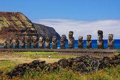 Située à 3 700 km des côtes chiliennes, l'île de Pâques abrite l'un des énigmes les plus célèbres du monde : les moaï, appelés localement mo'ai. Près de 400 statues, dont les plus grandes atteignent les 10 mètres de hauteur, ont été dressées pour des raisons encore inconnues. Ces monolithes sont tous tournés principalement vers l'intérieur de l'île, à l'exception de ceux de la plateforme Ahu Akivi à l'intérieur des terres, où les moaï font face à l'océan Pacifique…