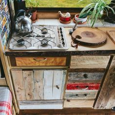 37 Easy Ways To Organize Your Van Life Interior - Possible Decor Bus Living, Tiny House Living, Van Interior, Camper Interior, Bus Life, Camper Life, Vw Lt 28, Van Kitchen, Kombi Home