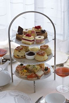 Royal-Tea honours its location on the site of the former royal residence with a dainty selection of pretty English classics that are fit for a Queen. Just in time for the Queen Elizabeth II Diamond Jubilee celebrations, Royal-Tea will present long-time favourites created with a selection of British ingredients. #No1ParkLaneTeas