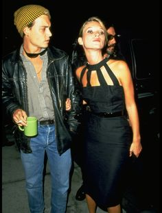 Johnny Depp and Kate Moss. Only Depp can pull off carrying a mug in public. Johnny Depp Girlfriend, Estilo Kate Moss, Kate Moss Stil, Alli Simpson, Young Johnny Depp, Aurelie Bidermann, Moss Fashion, 90s Throwback, Johny Depp